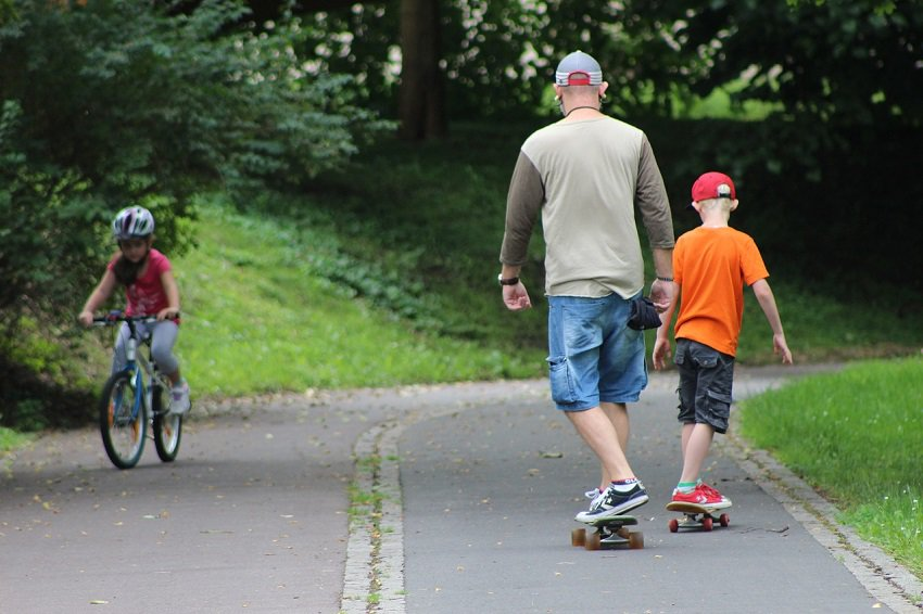 How To Learn To Ride A Skateboard Fast For Beginners 2